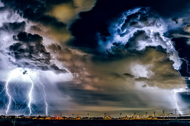 picture of a thunderstorm with lighting